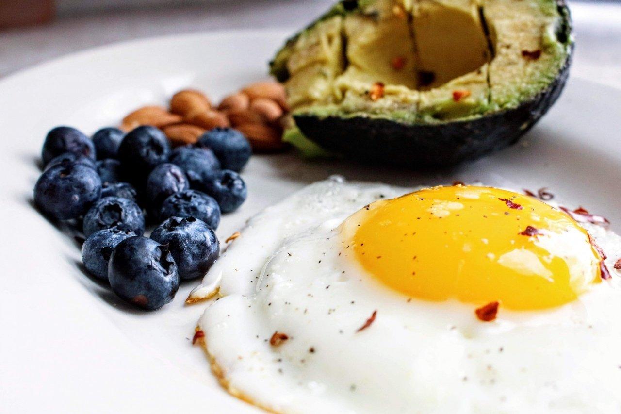 huevos fritos y aguacate